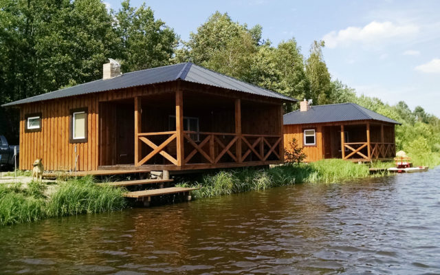Будиночки на озері с.Хотин