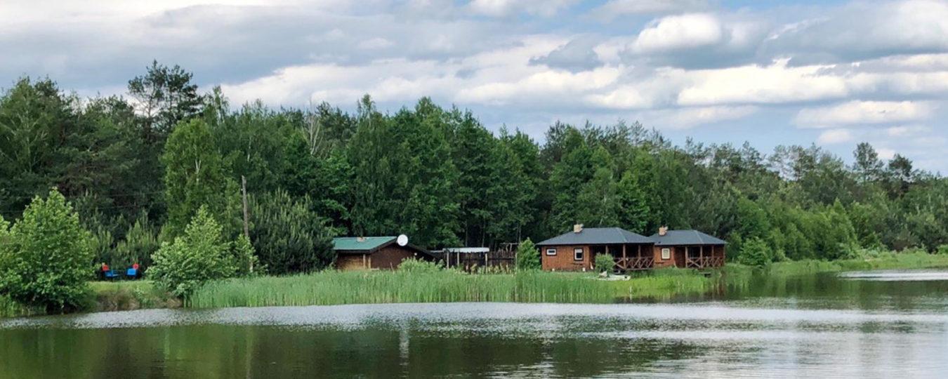 На території два будиночки над самим озером